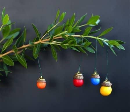 Украшения на елку своими руками - разноцветные желуди