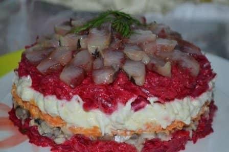 Салат с грибами и сельдью