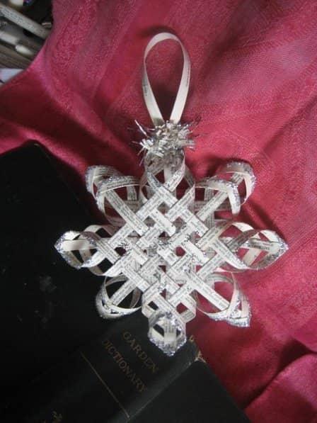 Плетеная снежинка из бумаги