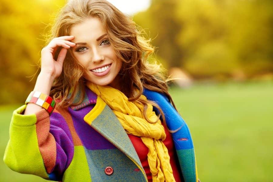 Модная девушка улыбается