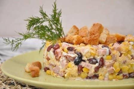 Салат с чесночными сухариками (рецепт с фото)