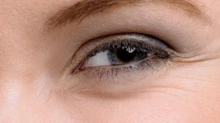 Способ разгладить морщинки вокруг глаз