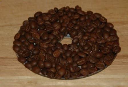 Подставка из CD-диска и кофейных зерен