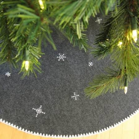 Украшаем основание новогодней ели