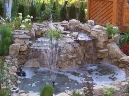 Декоративный фонтан на даче - фото