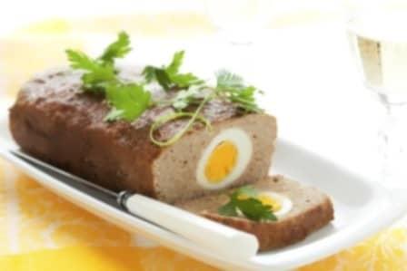 Пасхальный мясной рулет, фаршированный яйцами