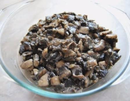 Мясной рулет с грибами в слоеном тесте (рецепт с фото)
