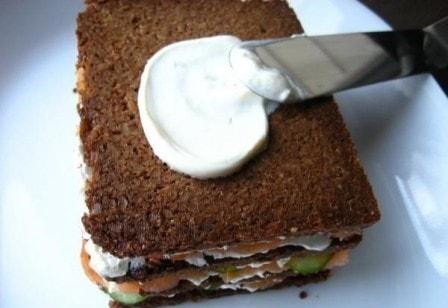 Бутербродный торт с копченым лососем и мягким сыром (рецепт с фото)