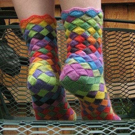 Стильные разноцветные носочки в технике энтерлак + видео