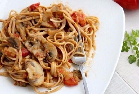Спагетти с грибами, овощами и соевым соусом